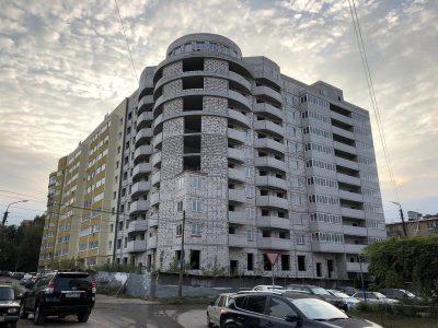 Многоэтажный жилой дом со